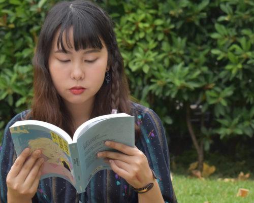小說是燦爛如虹的濾鏡──專訪張嘉真《玻璃彈珠都是貓的眼睛》